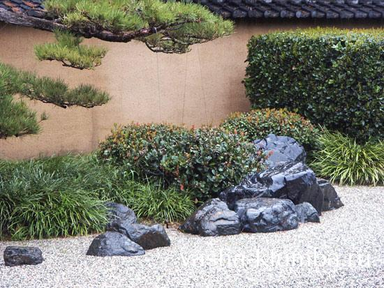 Клумба из камней