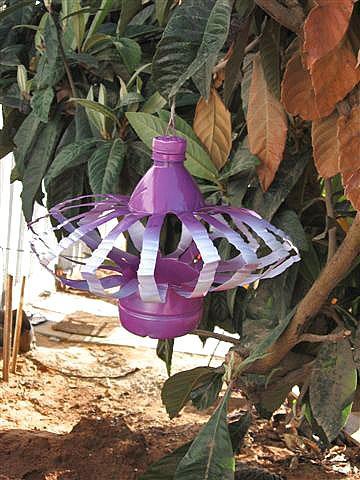 Поделки из пластиковых бутылок в саду
